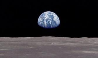 La tierra amaneciendo en la luna