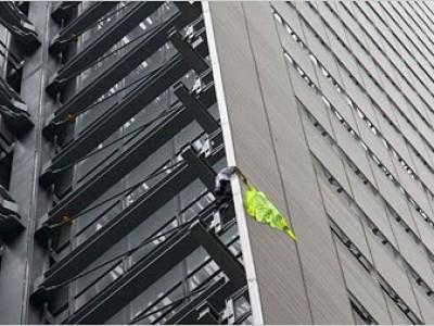 Alain Robert lo hace de nuevo, ahora en New York