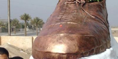 """Crean en Irak estatua del """"zapato de Bush"""""""