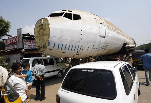 Boeing 737 en una calle de Bombay