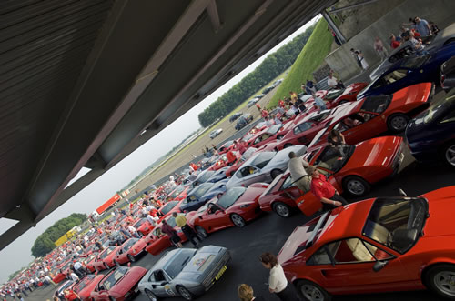 Rompen récord con 385 Ferraris