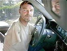 Condenan a hombre sin brazos por infracciones de tránsito
